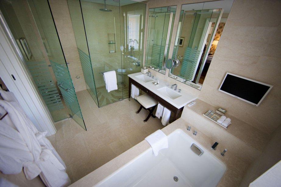La baignoire: selon le grand patron du Ritz, Andrew Torriani, moins de 10% des gens prennent leur bain à l'hôtel. Malgré tout, toutes les chambres de l'hôtel offrent une baignoire profonde, munie d'un censeur qui permet d'éviter les débordements d'eau. (Photo André Pichette, La Presse)