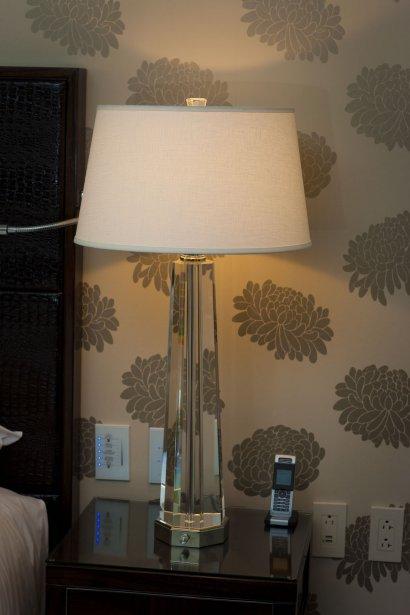 Pouvoir brancher le iPad, le chargeur pour le téléphone portable et pour l'appareil-photo peut parfois devenir un véritable casse-tête dans les hôtels, en raison du manque de prises de courant. Dans les chambres du nouveau Ritz, le problème ne se pose pas. Des prises électriques ont été installées un peu partout. L'une d'elles est même spécialement conçue pour le fer à repasser. (Photo André Pichette, La Presse)