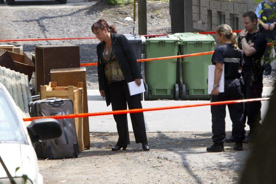 Le concierge d'un immeuble de Côte-des-Neiges a fait la macabre découverte: un cadavre démembré avait été dissimulé dans une valise qui traînait là depuis plusieurs jours. Les enquêteurs de la police examinent la valise ou se trouve le corps. (Patrick Sanfaçon, La Presse)