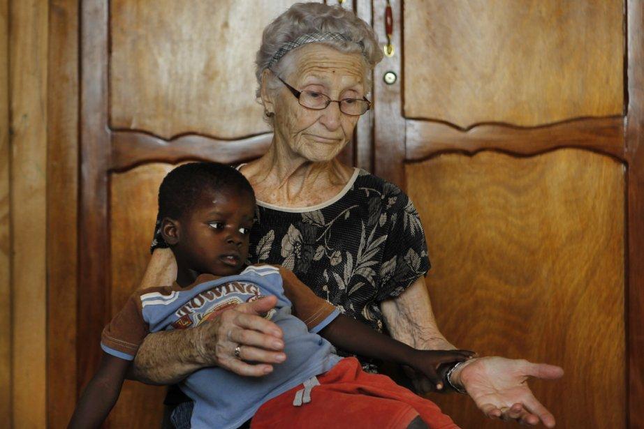 Jacqueline Lessard tenant sur elle le petit Jonas, en janvier dernier. (Photo : Martin Chamberland, La Presse)