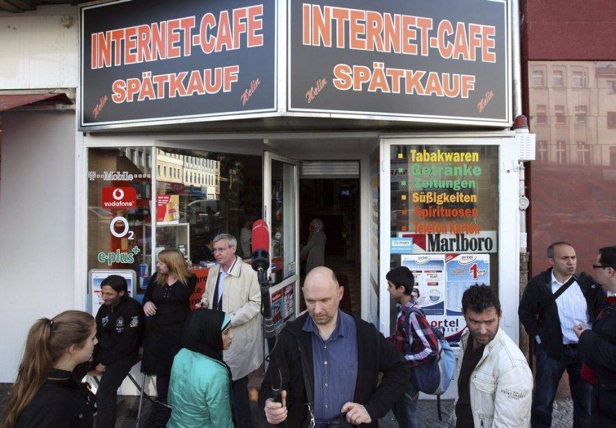Un foule s'est rapidement rassemblée devant le petit café après l'annonce de l'arrestation du suspect. | 4 juin 2012