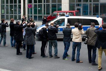 Une fourgonnette a quitté le centre de détention... (Photo: AFP)