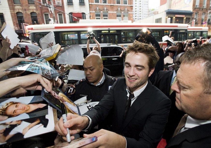Robert Pattinson signe des autographes. | 7 juin 2012