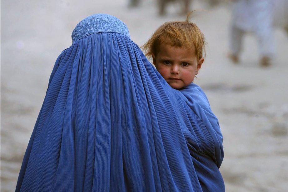 Une femme, en Afghanistan, et son enfant.... (Photo: archives AFP)