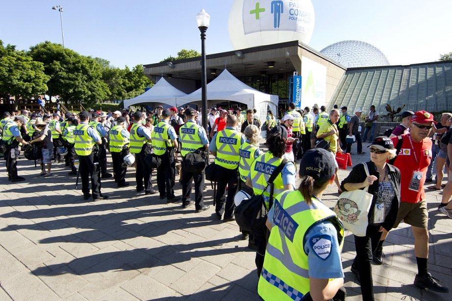 Les dispositifs de sécurité pour la course du Grand Prix de Montréal sont à leur maximum à cause de la crise sociale actuelle, découlant du conflit étudiant. Ici, à la sortie du métro Jean-Drapeau, des policiers forment un cordon de sécurité. (Photo: Robert Skinner, La Presse)
