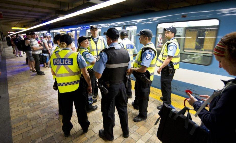 Il y avait une forte présence policière dans le métro Berri-UQAM. (Robert Skinner, La Presse)