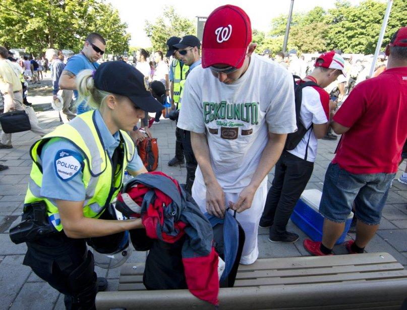 Des policiers fouillent des sacs à la sortie du métro Jean-Drapeau. (Robert Skinner, La Presse)