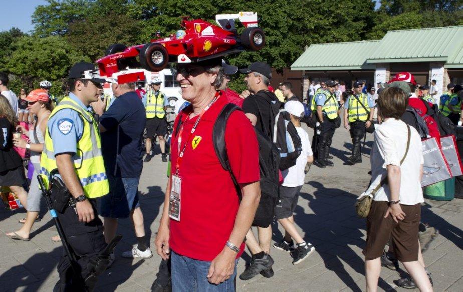 Les gens arrivent au Parc Jean-Drapeau sous haute surveillance. (Robert Skinner, La Presse)