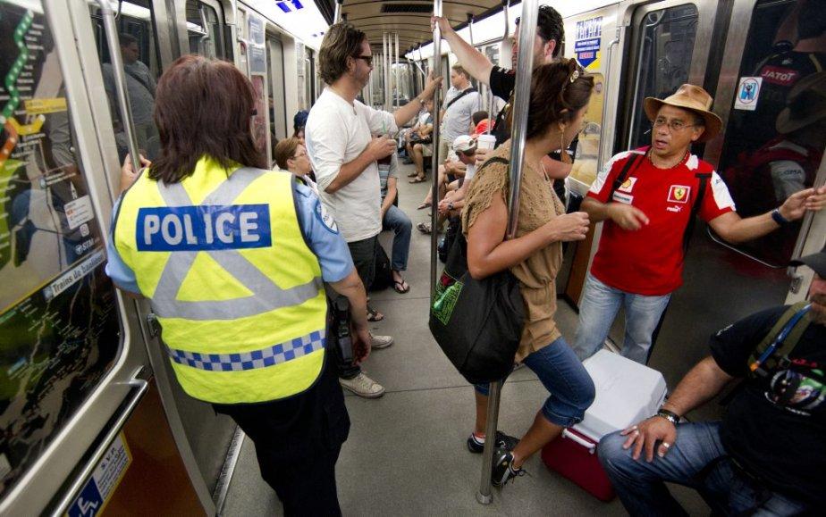 Des policiers circulaient également dans les wagons du métro de Montréal pour assurer la sécurité. (Robert Skinner)