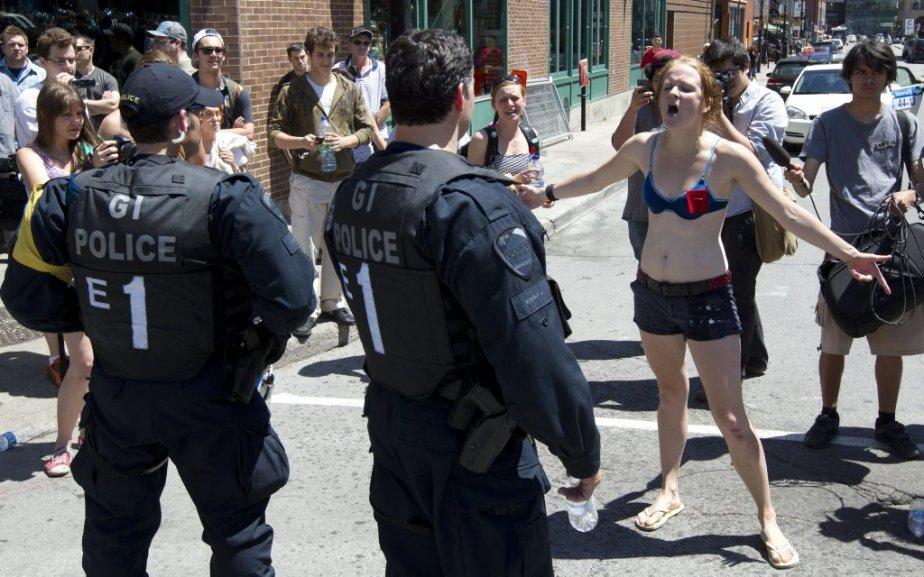Des personnes manifestent au centre-ville de Montréal pendant le Grand Prix. (Robert Skinner)