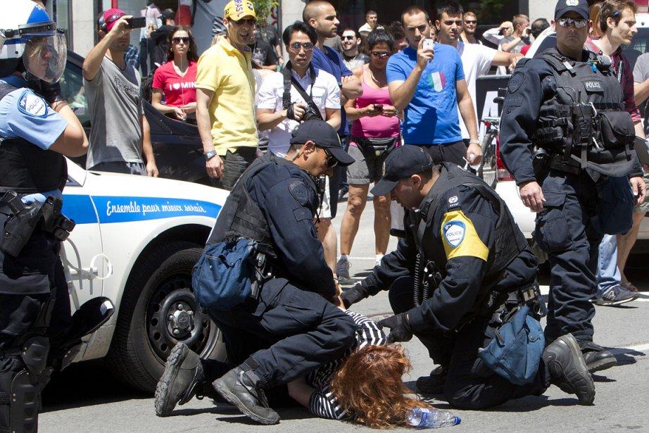 La police arrête une manifestante au centre-ville de...
