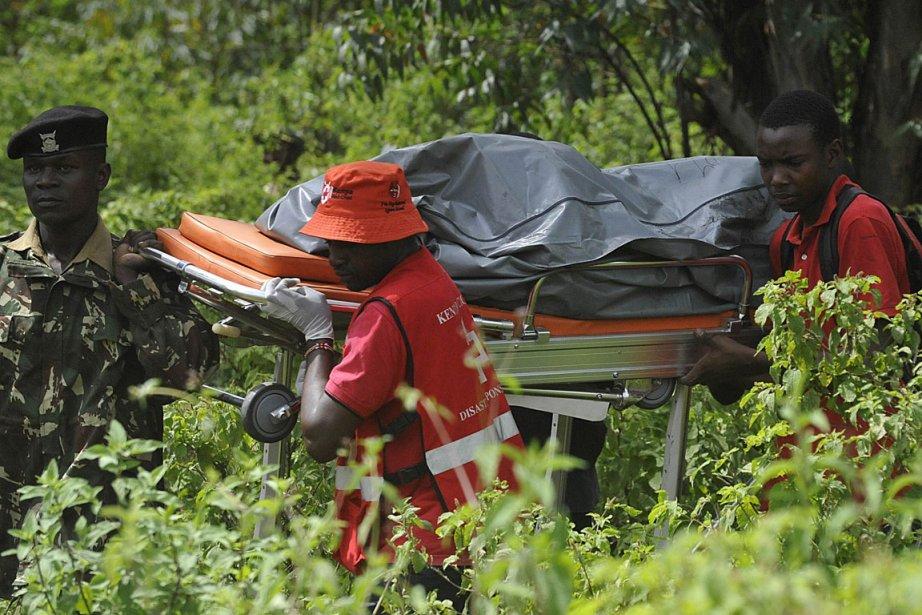 Des travailleurs de la Croix-Rouge évacue l'une des... (Photo AFP)