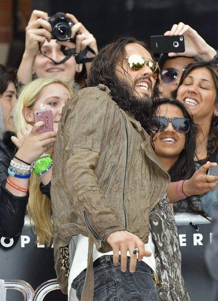 Russell Brand se fait prendre en photo par ses fans. | 12 juin 2012