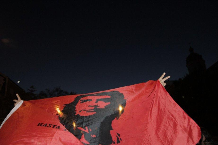 Un drapeau à l'effigie de Che Guevara a... (PHOTO : VALÉRIAN MAZATAUD, COLLABORATION SPECIALE.)