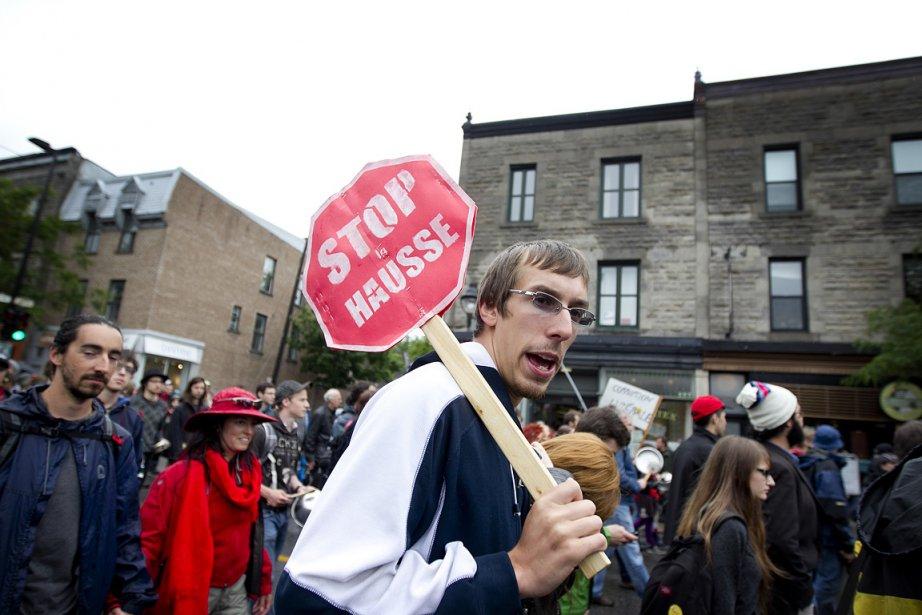 Des gens protestaient contre la hausse des droits... (Photo: Marco Campanozzi, La Presse)