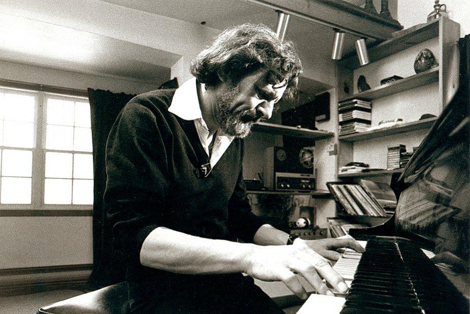 Claude Léveillée devant son piano, chez lui, en... (Photothèque Le Soleil)
