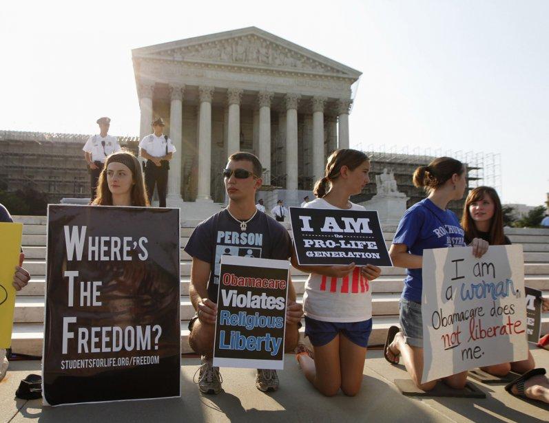 Des militants de «Students for life» (Une association d'étudiants pro-vie), sont venus manifester leur opposition à la réforme, alors qu'ils accusent l'Obamacare de subventionner l'avortement. | 28 juin 2012