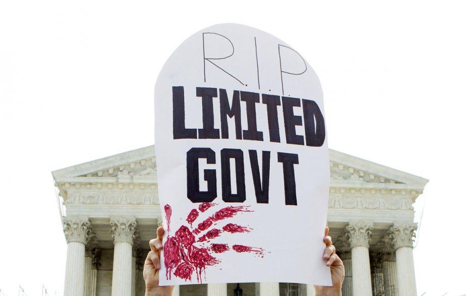 Un opposant à l'Obamacare brandit une pancarte en forme de pierre tombale avec l'inscription «repose en paix gouvernement limité». Une allusion à l'interventionisme sans précédent dont Washington se rend coupable avec cette réforme de la santé, selon ses détracteurs. | 28 juin 2012
