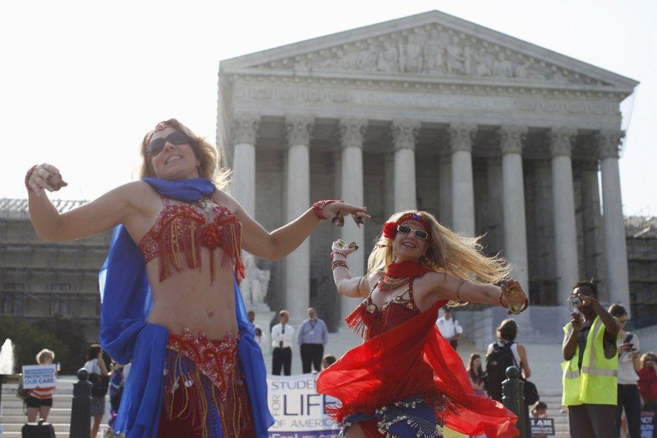 Des danseuses de baladi donnaient des airs de fête aux manifestations tenues devant la Cour suprême, à Washington. | 28 juin 2012