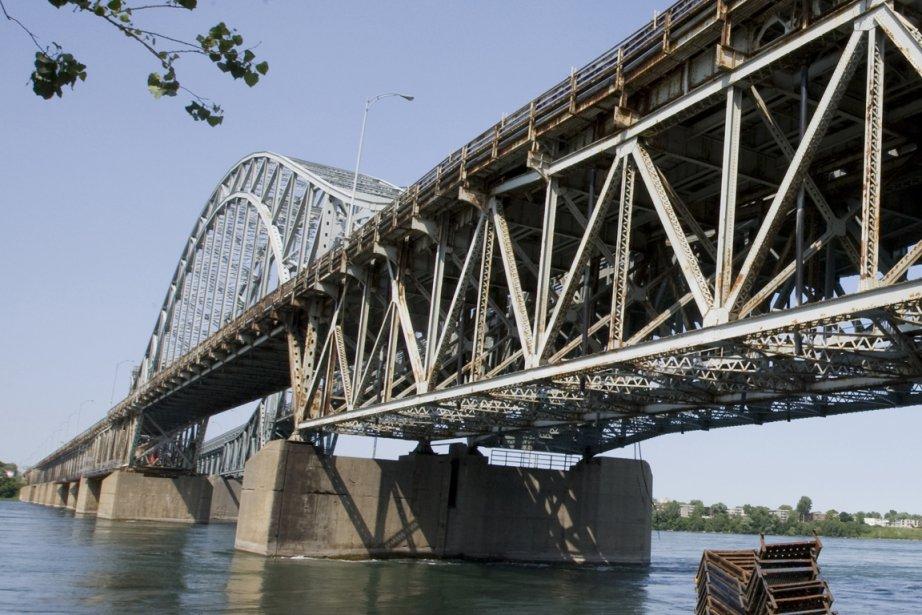 Le pont Mercier.... (Photo archives La Presse)
