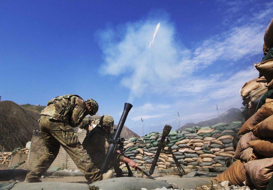 Tir de mortier dans un camp d'opérations des forces armées... | 2012-06-29 00:00:00.000