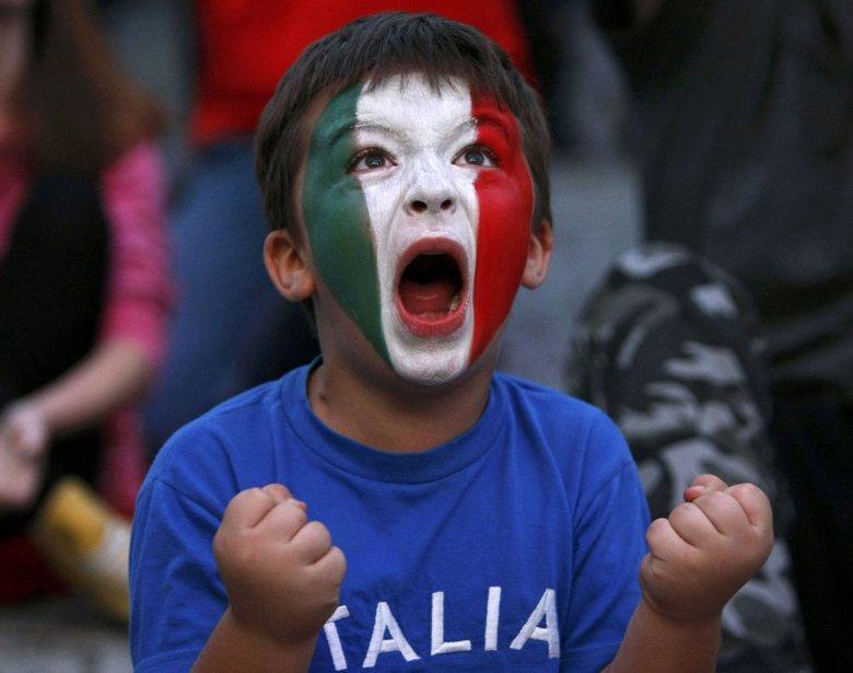 Un jeune partisan de l'équipe italienne réagit à un but des siens lors du match contre l'Allemagne lors de l'Euro 2012 à Varsovie. | 29 juin 2012