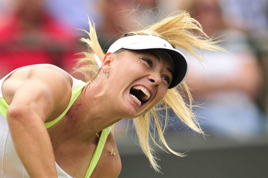 Service de Maria Sharapova lors du match de deuxième ronde du tournoi de Wimbledon contre la Bulgare Tsvetana Pironkov. | 29 juin 2012