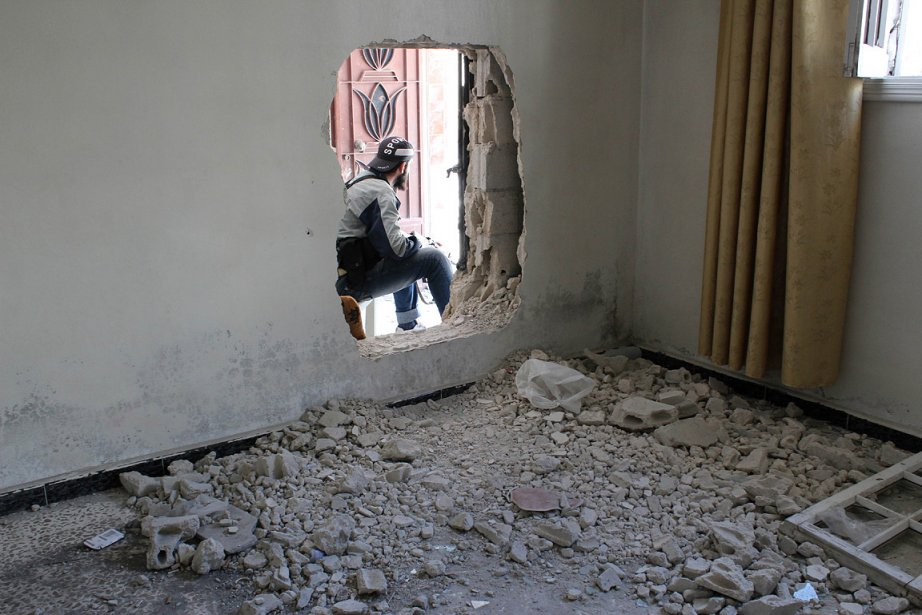 Un rebelle syrien fait le guet à Homs.... (Photo: AFP)