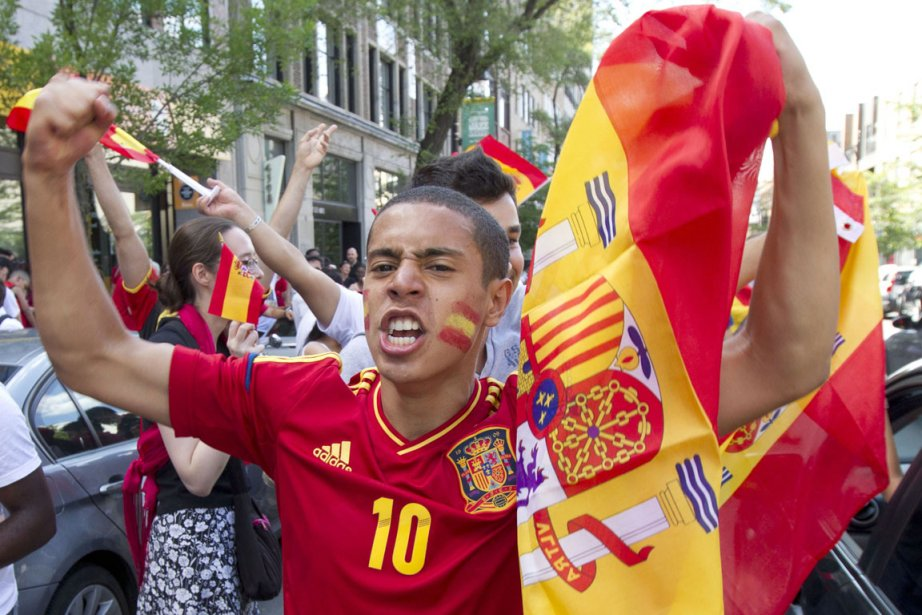 Les partisans de l'Espagne à Montréal ont célébré... (Robert Skinner, La Presse)