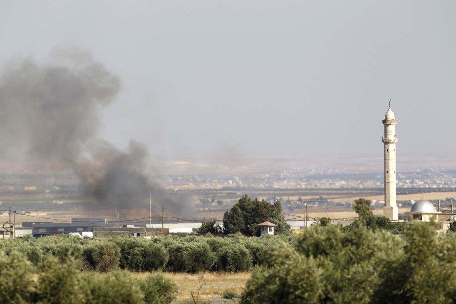 De la fumée s'élève du village d'Azaz en... (Photo: Osman Orsal, Reuters)
