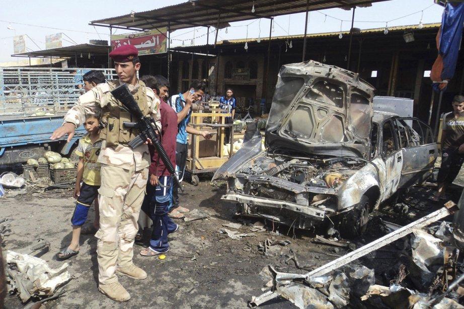 Un policier inspecte les lieux d'un attentat où... (Photo: Mushtaq Muhammed, Reuters)