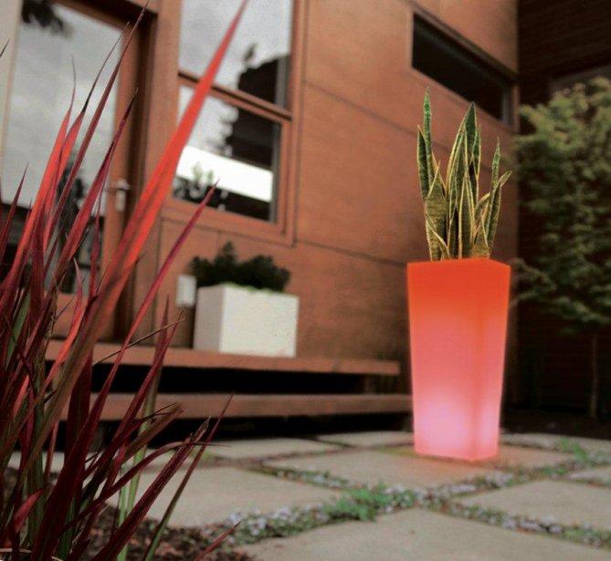 Une terrasse le soir marie france l ger cour et jardin for Pot mural exterieur