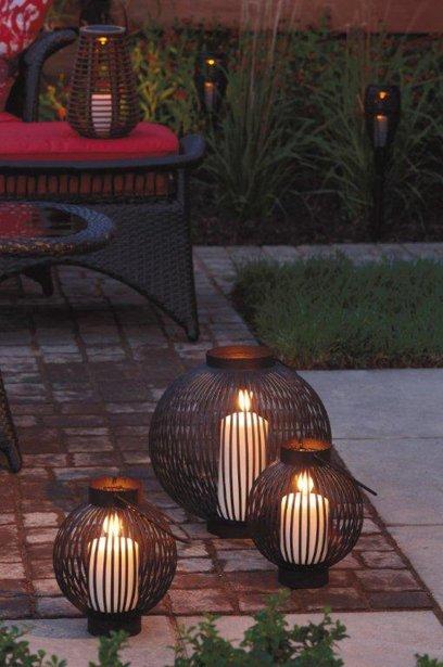 Une terrasse le soir marie france l ger cour et jardin for Lanterne terrasse exterieure