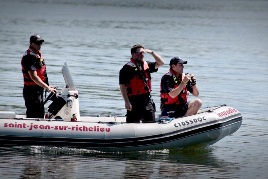 Des recherches ont été entamées en bateau dimanche... (Photo Marco Campanozzi, La Presse)