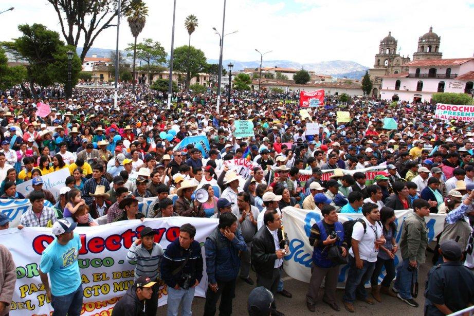 Les résidents du secteur manifestent contre les projets... (PHOTO MAYER ABANTO, AFP)
