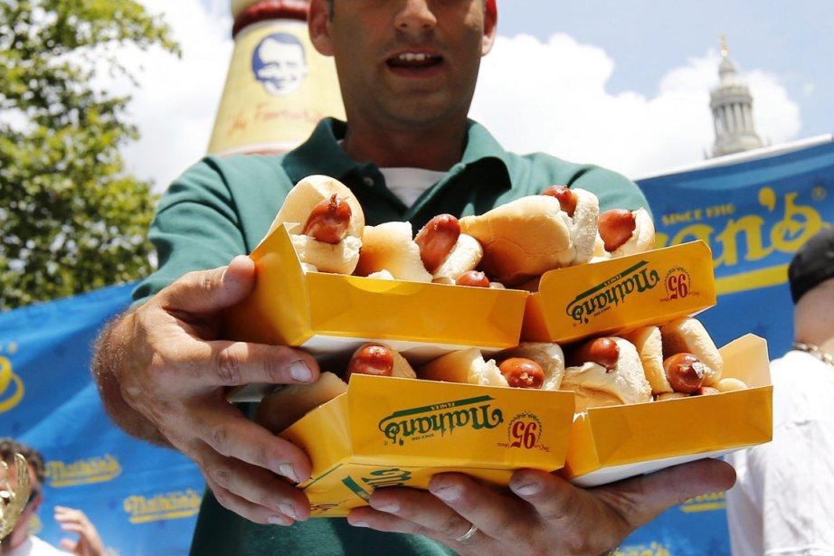 Le concours du plus gros mangeur de hot... (Photo: Mike Segar, Reuters)