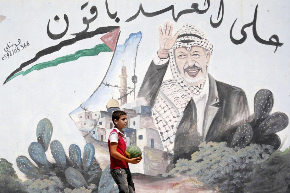 Un jeune Palestinien, une pastèque dans les mains,... (Photo: Mohammed Ballas, AP)