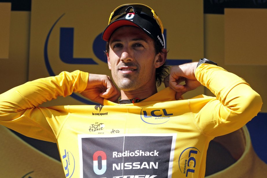 Le détenteur du maillot jaune, le Suisse Fabian... (Photo: Reuters)