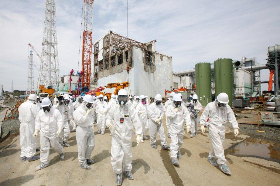 Des membres des médias et des employés de... (Photo: Tomohiro Ohsumi, AFP)