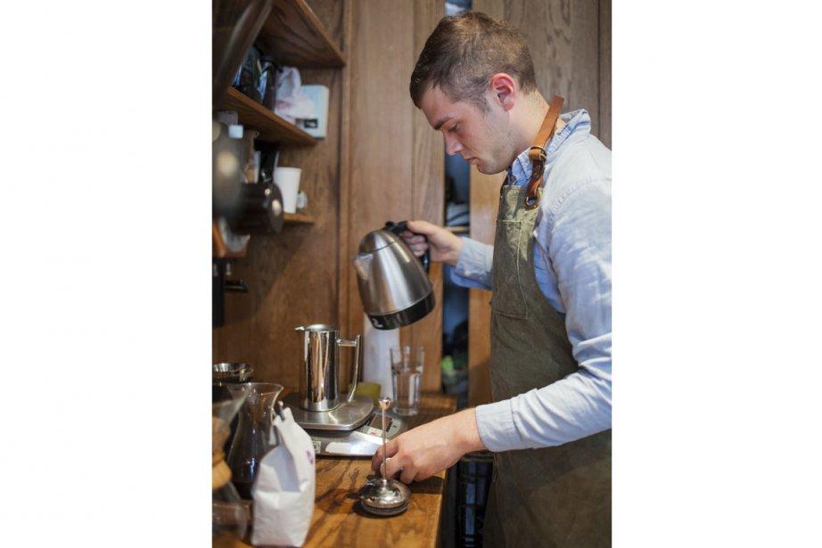 Keaton Ritchie, barista au Café Myriade, en train... (Photo Édouard Plante-Fréchette, La Presse)