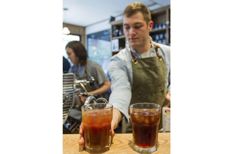 Keaton Ritchie, barista au Café Myriade, prépare des... (Photo Édouard Plante-Fréchette, La Presse)
