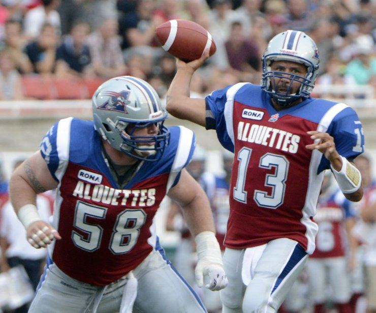 Anthony Calvillo et Luc Brodeur-Jourdain des Alouettes face aux Blue Bombers en 1re demie au stade Percival Molson de l'université McGill. (Photo Bernard Brault, La Presse)