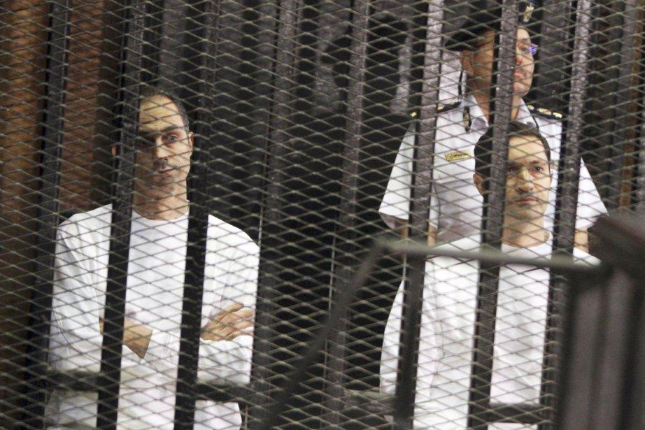 Habillés d'uniformes pénitentiaires blancs, Alaa (à droite) et... (Photo: Ahmed Gomaa, AP)