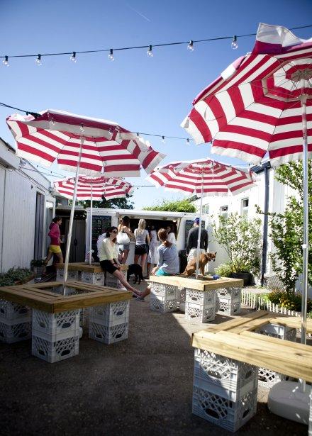 Le Milk Bar de Momo Fuku. Montauk compte à peu près 4000 résidants à l'année. Depuis trois ans, ce chiffre gonfle de plus en plus chaque été, et on compte maintenant entre 25 000 et 30 000 visiteurs chaque jour. | 10 juillet 2012