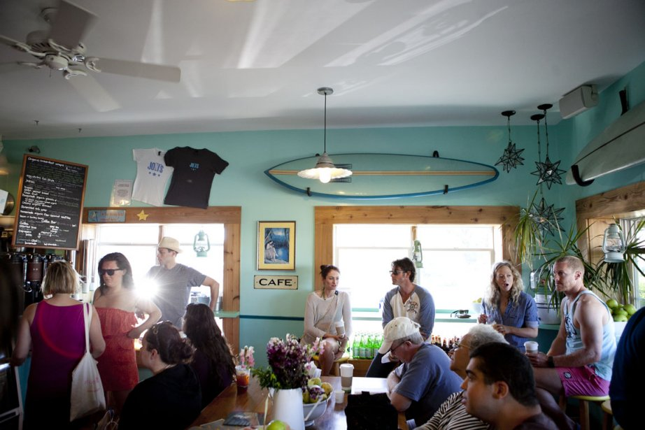 Aujourd'hui, Montauk est beaucoup moins uniforme que les riches Hamptons voisins, même si plusieurs villégiateurs se promènent encore en Land Rover. Les petites bicoques côtoient les maisons d'architecte. Les campings et motels survivent aux hôtels-boutiques plus chic. Ici, le restaurant Joni's | 10 juillet 2012