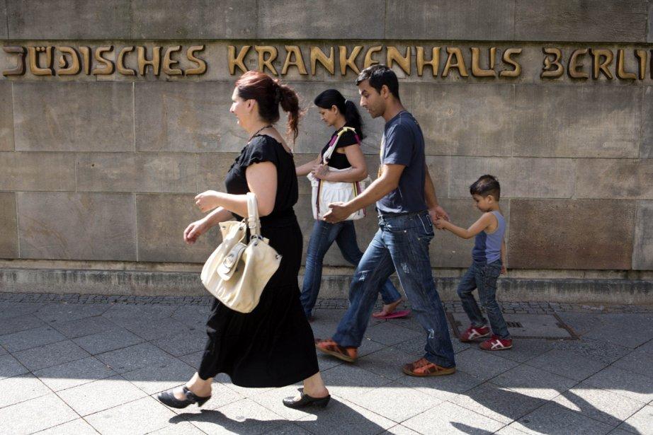 Des passants devant l'Hôpital juif de Berlin... (Photo David Gannon, AFP)