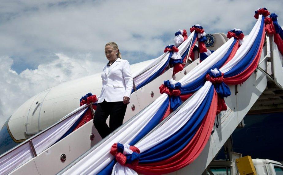 La secrétaire d'État américaine Hillary Clinton arrive à l'aéroport international... | 2012-07-11 00:00:00.000