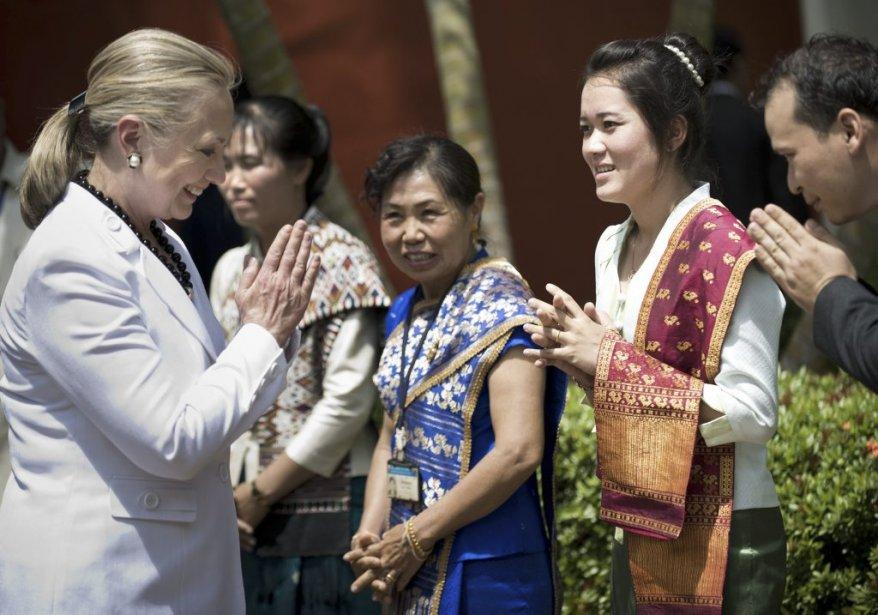 La secrétaire d'État américaine Hillary Clinton est accueillie au temple Ho Phra Keo au Laos. | 11 juillet 2012