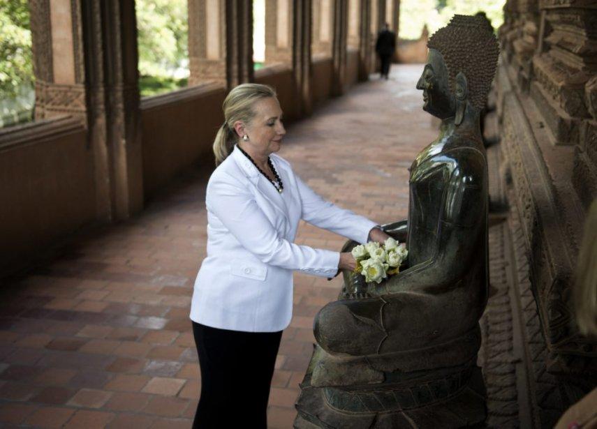 La secrétaire d'État américaine Hillary Clinton dépose des fleurs dans le temple Ho Phra Keo au Laos. | 11 juillet 2012