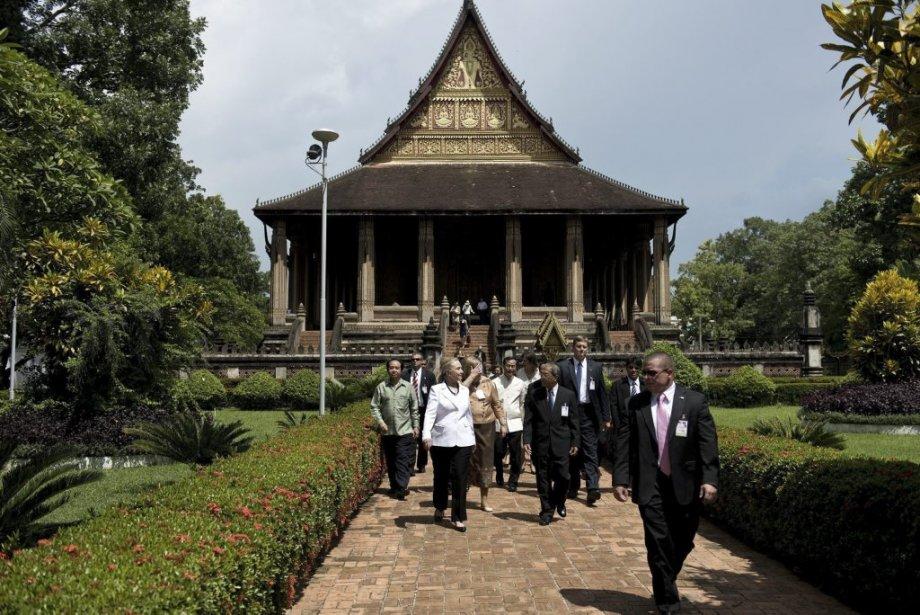 La secrétaire d'État américaine Hillary Clinton quitte le temple Ho Phra Keo au Laos. | 11 juillet 2012